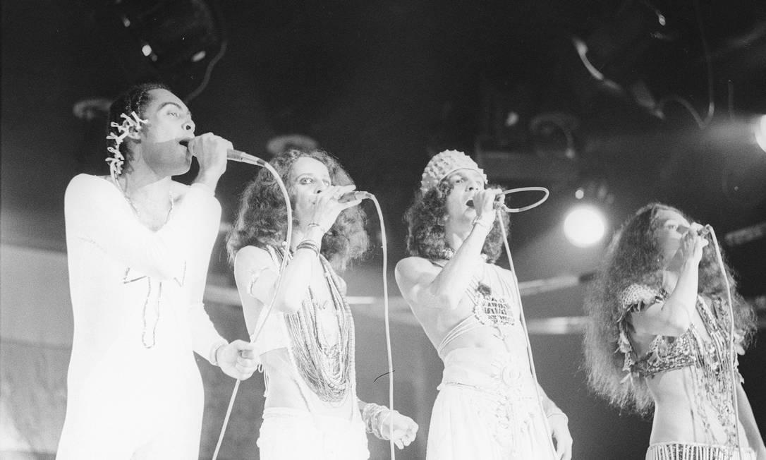 Com um visual feminino, em meio a Gil, Gal Costa e Bethânia no lançamento do show Doces Bárbaros no Canecão Divulgação / Antonio Nery