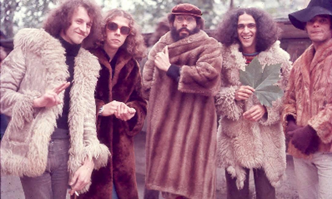 """Caetano com os músicos que tocaram no célebre disco """"Transa"""", gravado durante o exílio, no início dos anos 1970, em Londres. Nesta fase, suas marcas registradas eram as peles e o cabelo crespo estilo """"juba"""" Terceiro / Antonio Guerreiro"""