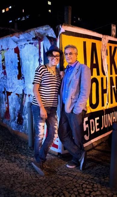 Blazer de linho, camisa social e tênis compõem o look em que Caetano aparece ao lado de Maria Gadu Leonardo Aversa / Leonardo Aversa / Agencia O Globo