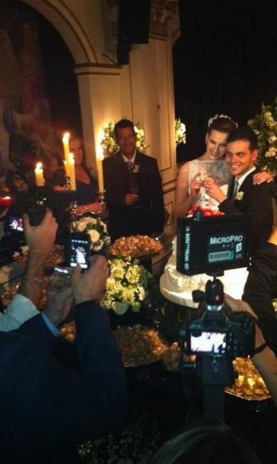 A modelo Kátia Selinger e o publicitário Fernando von Christian se casaram neste sábado, na pista de dança do clube Ballroom, em São Paulo Reprodução