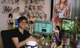 """Filho do celebrado designer de sapatos Jimmi Choo, o programador visual Danny Choo gosta de dançar vestido de stormtrooper, o soldado de armadura branca de """"Guerra nas Estrelas"""". Não é fofo?"""