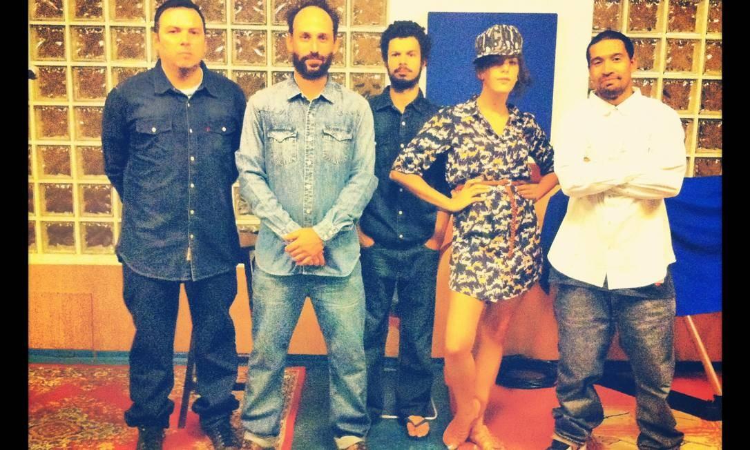 Camuflada com chemise em meio aos músicos da banda... Foto: Arquivo pessoal / Divulgação