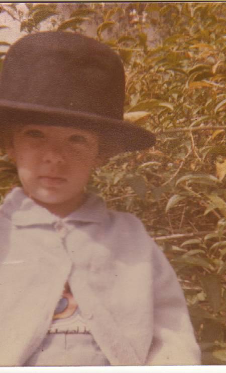 Em 1982, mostrando estilo com o chapéu na casa dos avós em Campos do Jordão Foto: Arquivo pessoal / Divulgação