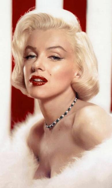 Marilyn não tinha um arsenal de iluminadores como os disponíveis no mercado hoje em dia. O segredo do seu viço eram os pelos faciais! Uma fina camada de penugem nas bochechas caia bem com as luzes do estúdio. Reprodução