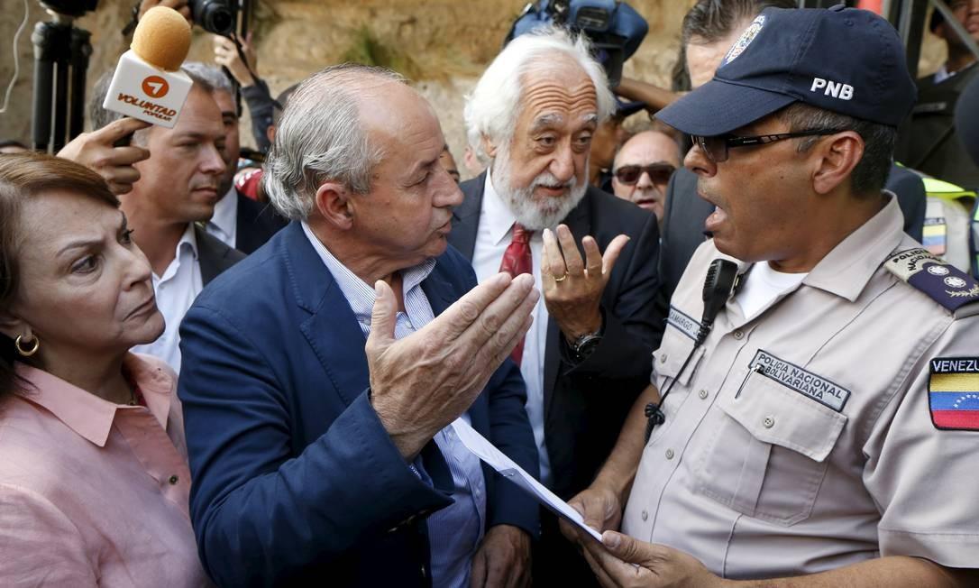 Dionisio Garcia Carnero (e) e Josep Maldonado (d) questionam bloqueio na sede do Sebin Foto: CARLOS GARCIA RAWLINS / REUTERS