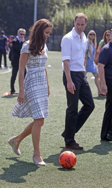 De salto, Kate chutou uma bola de futebol RICHARD POHLE / AP