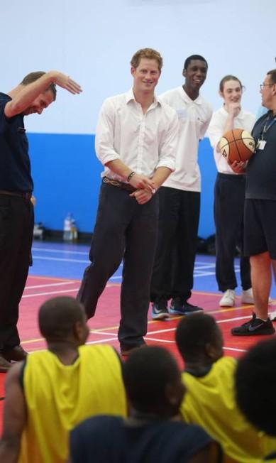 Já o príncipe Harry jogou basquete POOL / Reuters