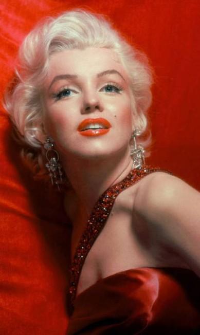 Em 1999, a Christie´s leiloou uma nécessaire que pertenceu à Marilyn. Advinha o que tinha dentro? Além de seus itens favoritos, um par de cílios postiços da Glorene of Hollywood. Para um efeito tapete vermelho digno da deusa, curve seus cílios antes de aplicar os tufos. Reprodução