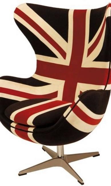 Poltrona Eggchair com estampa da bandeira inglesa da Rosa Kochen (21 3411-0551), R$ 4.495 Divulgação