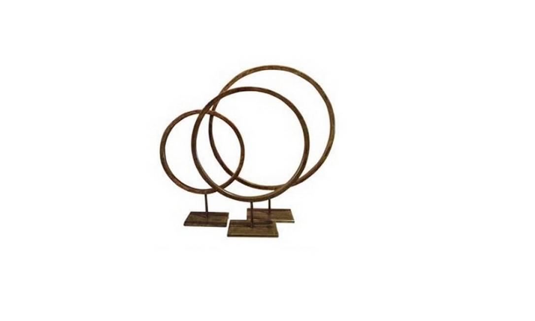 Conjunto de três esculturas de bronze patinado de dourado da 6F Decorações (11 4612-3600), preço sob consulta Divulgação
