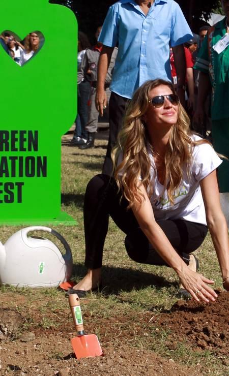 Na Rio+20, Gisele participou do evento Green Nation Fest e plantou árvores no Rio Gabriel de Paiva / Gabriel de Paiva / O Globo