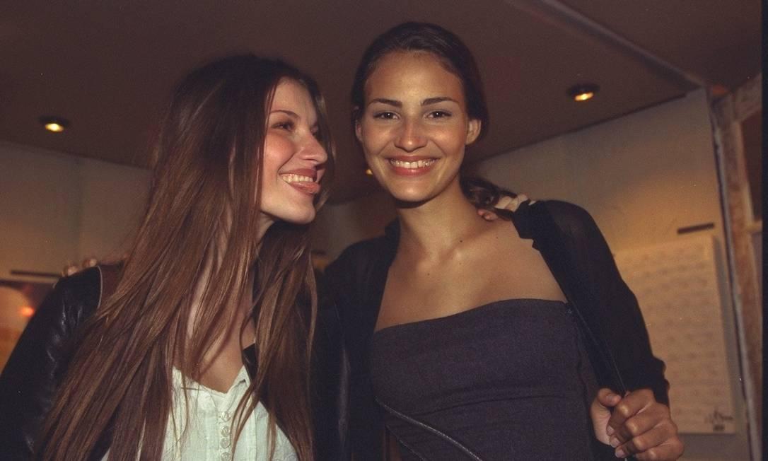 Com o cabelo ainda castanho, ao lado da amiga e também top Fernanda Tavares, na 5ª Semana Barra Shopping de Estilo, em 1998 Ana Branco / O Globo