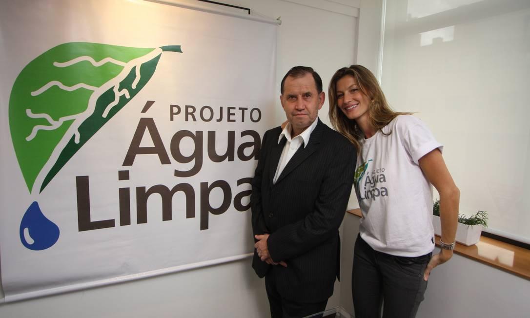 Gisele engajada: ela e o pai, Valdir Bündchen, lançamento do projeto Água Limpa, na cidade de Horizontina, em agosto de 2011. Terceiro / Divulgação/ Wesley Santos