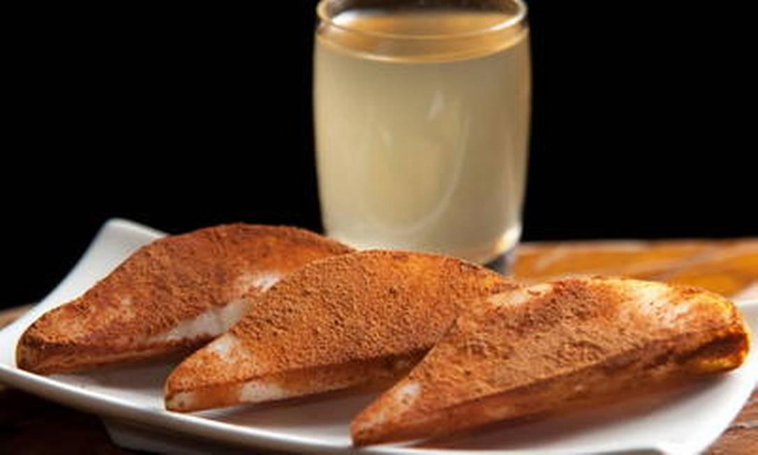 A vodca de pera batida com gelo e mel é servida com a porção de honey soul, servida com crosta de canela, no Londra de Ipanema. Divulgação/Felipe Borges