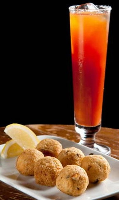 Outra dica do Londra é combinar o bolinho de bacalhau com a michelada (suco de tomate temperado com cerveja). De acordo com André Paixão, bartender da casa, o drinque spicy acentua o sabor do bacalhau. Divulgação/Felipe Borges