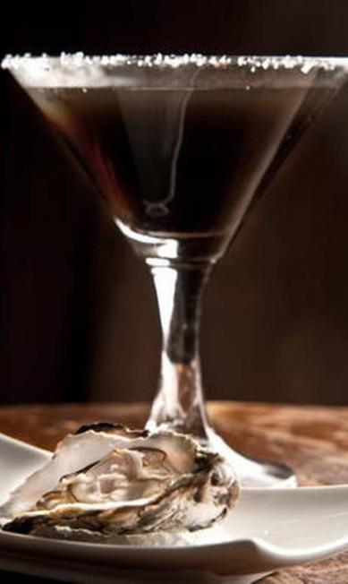 No cardápio do Londra, anexo ao Hotel Fasano do Rio de Janeiro, é possível degustar o black sea, feito com tamarindos, vodca e cardamomo, com ostras Divulgação/Felipe Borges