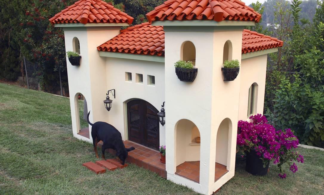 """Esta """"mansão"""" em estilo mediterâneo pertence ao cachorro da modelo Rachel Hunter. Com projeto da La Petite Maison, as telhas foram feitas à mão. LA PETITE MAISON / New York Times"""