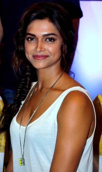 Antes de ser atriz, Deepika trabalhou como modelo e é uma das queridinhas dos editores de moda da região STRDEL / AFP