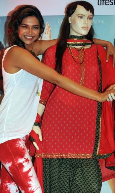 A atriz posa com um boneco durante evento promocional de filme STRDEL / AFP