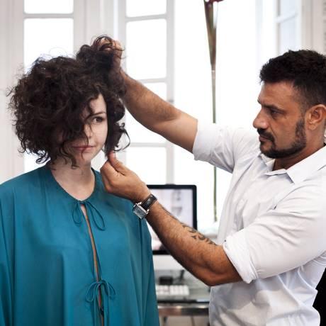O cabelereiro Edson Rysco faz o corte reto na modelo Tamara Lacerda Foto: Guillermo Giansanti / Agência O Globo
