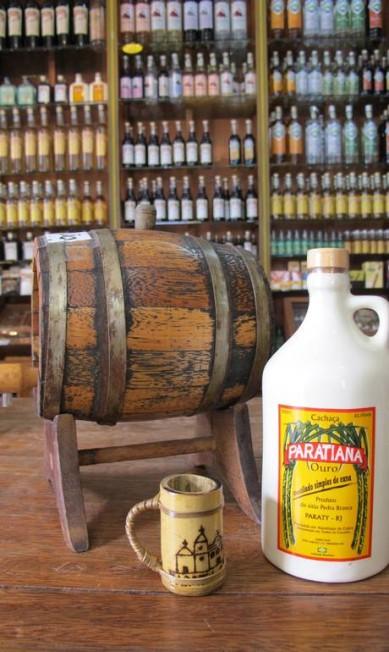 O Empório da Cachaça tem várias garrafas, da tradicional à de louça pintada. Outra que continua com tudo é a Maria Izabel, um clássico ardente Lívia Breves