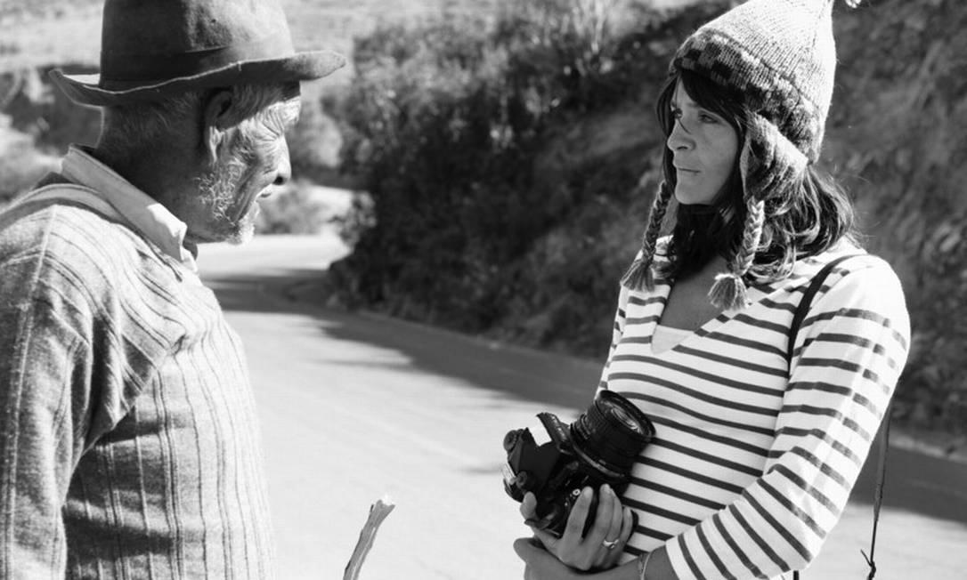 Helena Christensen conversa com Andres Huilla Mendoza, um agricultor de Huacarpay, no Peru Jason Mcdonald/Oxfam / Jason Mcdonald / Oxfam