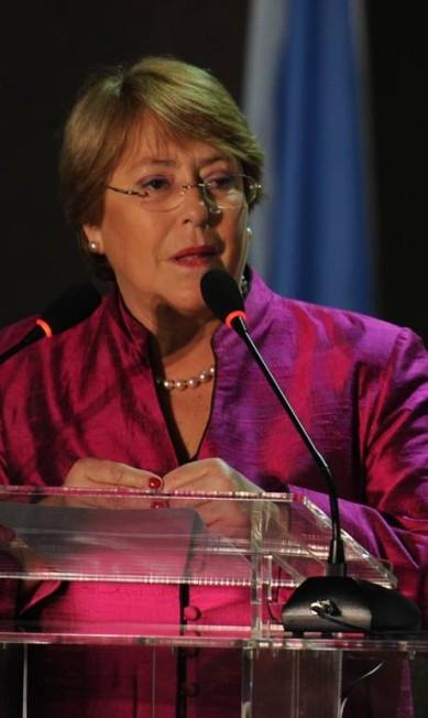 Ex-presidente do Chile e subsecretária-geral da ONU Mulheres, Michelle Bachelet escolheu um modelito rosa furta-cor bastante semelhante ao da presidente Dilma. Para arrematar o look, brincos e colar de pérolas EVARISTO SA / AFP