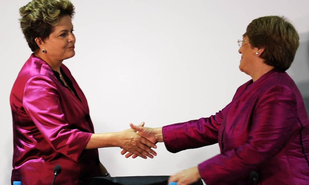 Dilma Roussef e Michelle Bachelet, quase idênticas. Seria o rosa a cor da sustentabilidade? EVARISTO SA / AFP