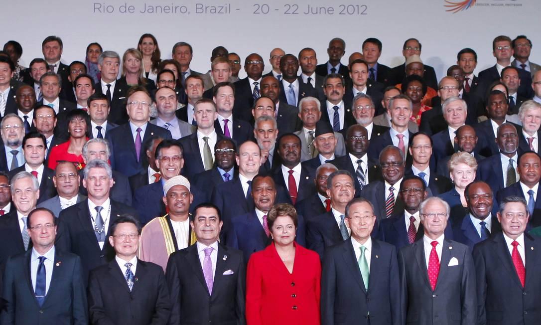 O vermelho deu destaque à presidente na foto oficial da Rio+20, na quarta, 20 de junho. O terninho ajudou a afinar a silhueta de Dilma PAULO WHITAKER / Reuters