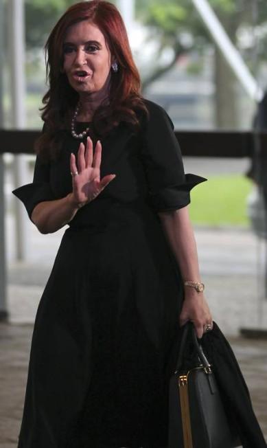 Cristina Kirchner, presidente da Argentina, sempre de preto, manteve a sobriedade com um vestido acinturado de mangas dobradas PAULO WHITAKER / Reuters
