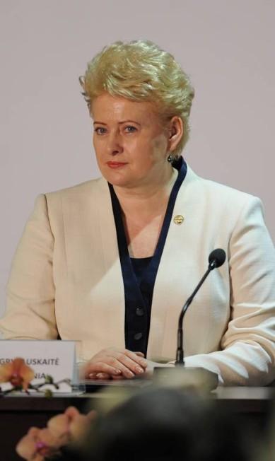 Terninho bicolor foi a escolha da presidente da Lituânia, Dalia Grybauskaite. Nos lábios, o coral, que promete ser o must-have do verão EVARISTO SA / AFP