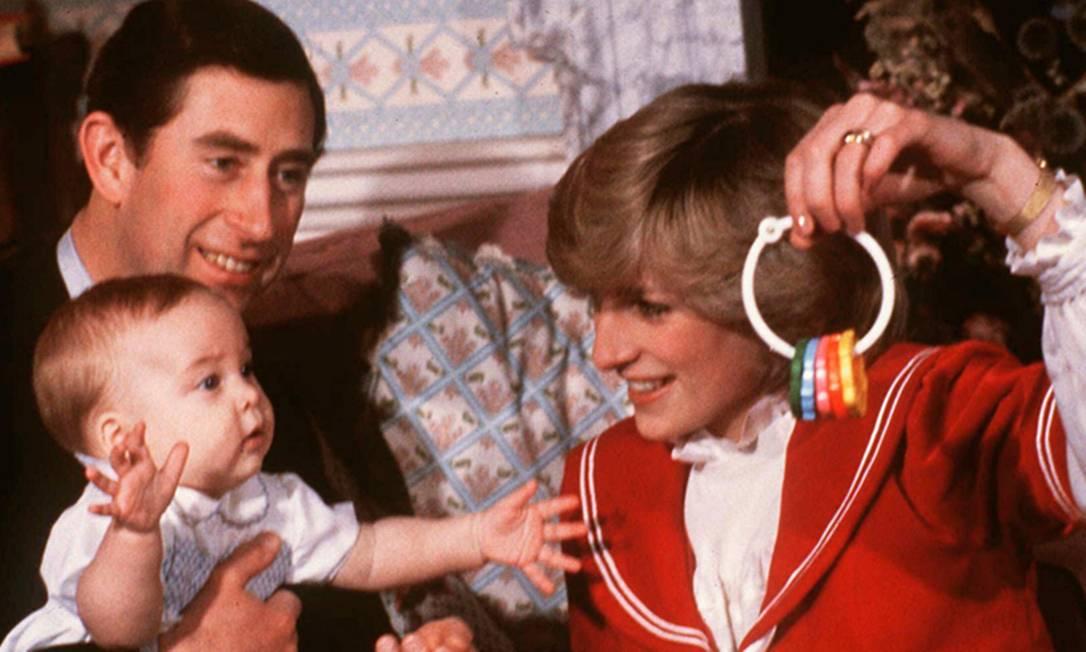 Charles, William - aos seis meses - e Diana posam para sessão de fotos no Kensington Palace (dezembro de 1982) AP