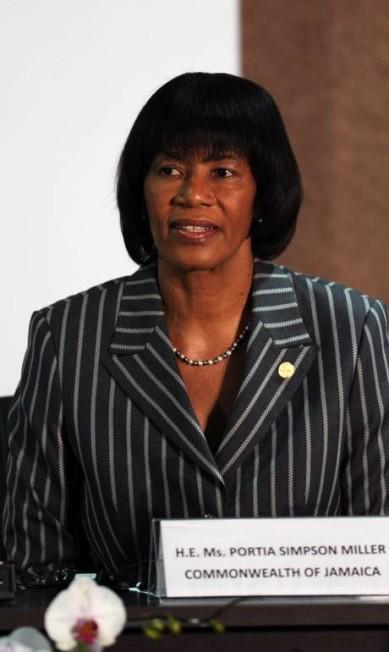 Portia Simpson-Miller, primeira ministra da Jamaica, acertou nas listras. Nos lábios, o tom acobreado combinou com a pele negra EVARISTO SA / AFP