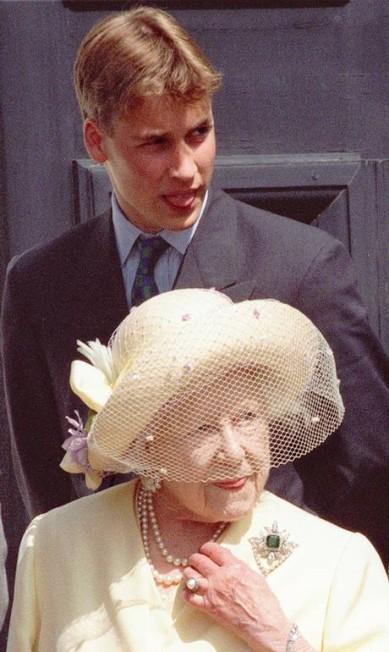 William e a rainha Elizabeth II, no dia do aniversário de 98 anos da Rainha Mãe (4 de agosto de 1998) AP