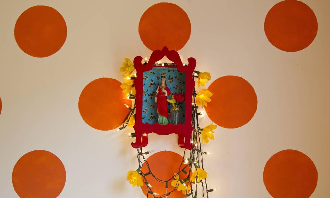 Imagem da Santa Filomena, que dá nome à rua e ao restaurante, pendurada em altar colorido sobre parede de poás Leonardo Aversa / Leonardo Aversa / Agência O Globo