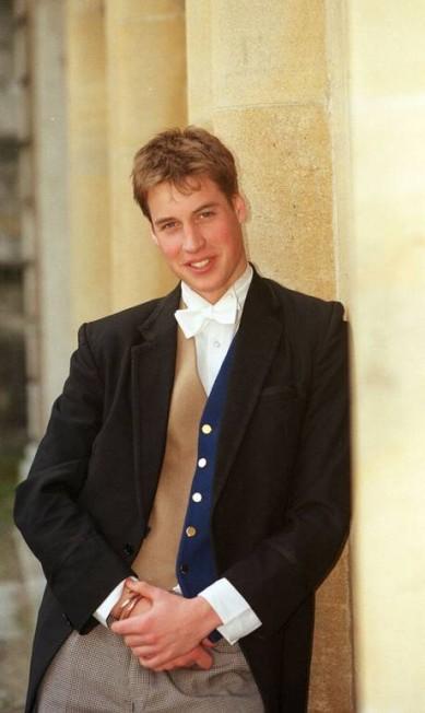 William posa para a foto dos seus 18 anos (17 de junho de 2000) AP