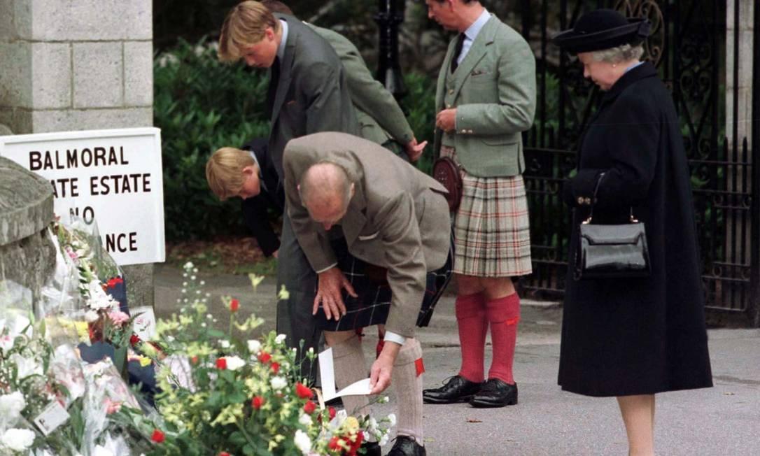 William, acompanhado da família real (4 de setembro de 1997), observa as flores deixadas pelos cidadãos ingleses dois dias antes do funeral da princesa Diana Reuters