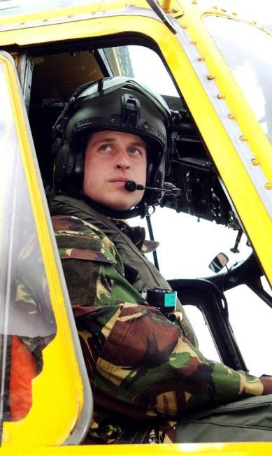 William é fotografado em exercício de treinamento em Holyhead Mountain, no helicóptero Sea King (31 de março de 2011) JOHN STILLWELL / AFP