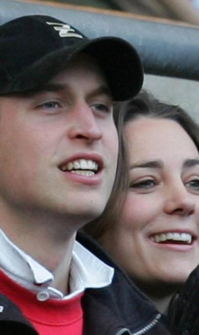William e a então namorada, Kate Middleton, assistem a uma partida de rugby em Londres (10 de fevereiro de 2007) AP