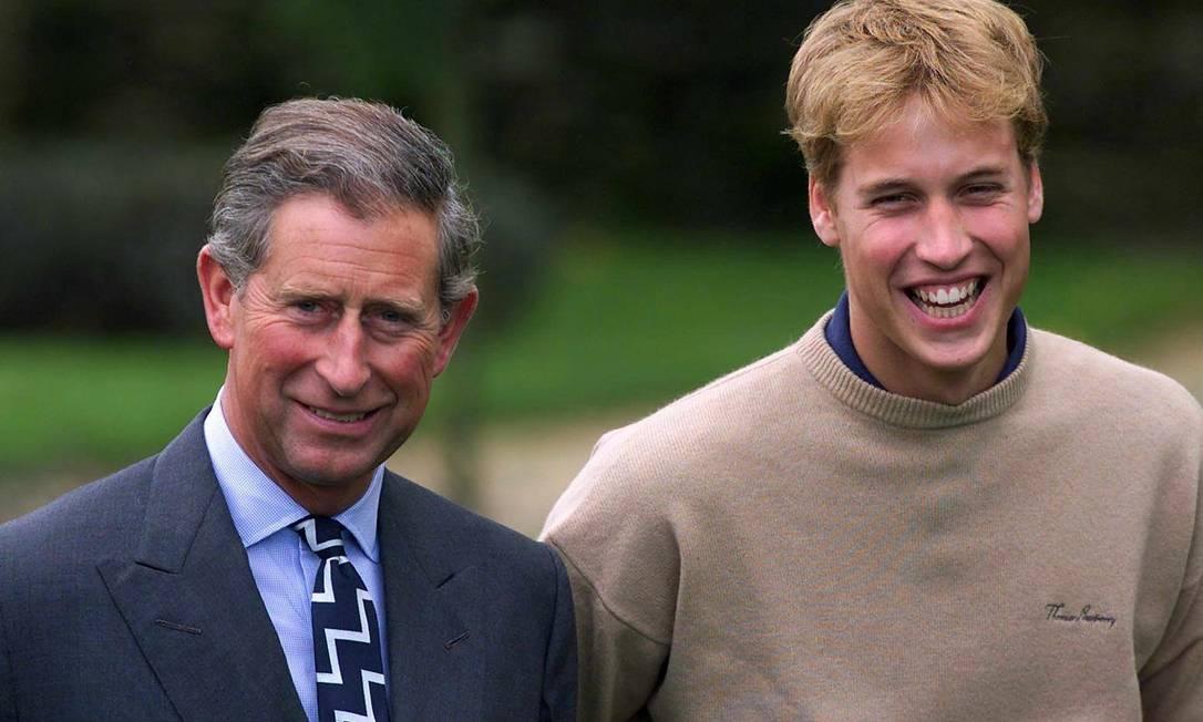 Príncipe Charles e William posam para foto para marcar o último momento do período sabático de William antes de entrar para a universidade (29 de setembro de 2000) AFP