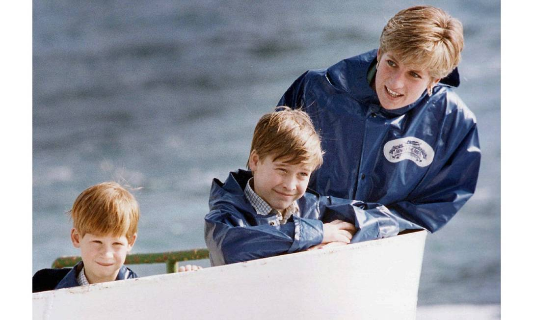 Harry, William e Diana passeiam pelas cataratas do Niágara (outubro de 1991) AP