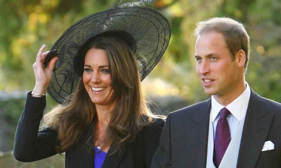 Kate e William deixam o casamento dos amigos Harry Mead and Rosie Bradford, poucos dias antes do anúncio do noivado do casal (23 de outubro de 2010) Chris Ison / AP