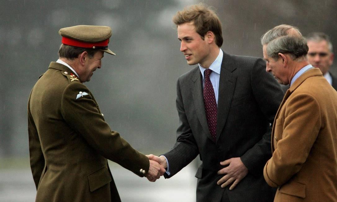 William cumprimenta o general Andrew Ritchie, Comandante da Sandhurst, ao chegar com seu pai, o príncipe Charles à Academia Militar Real Sandhurst para começar seu treinamento (8 janeiro de 2005) AFP