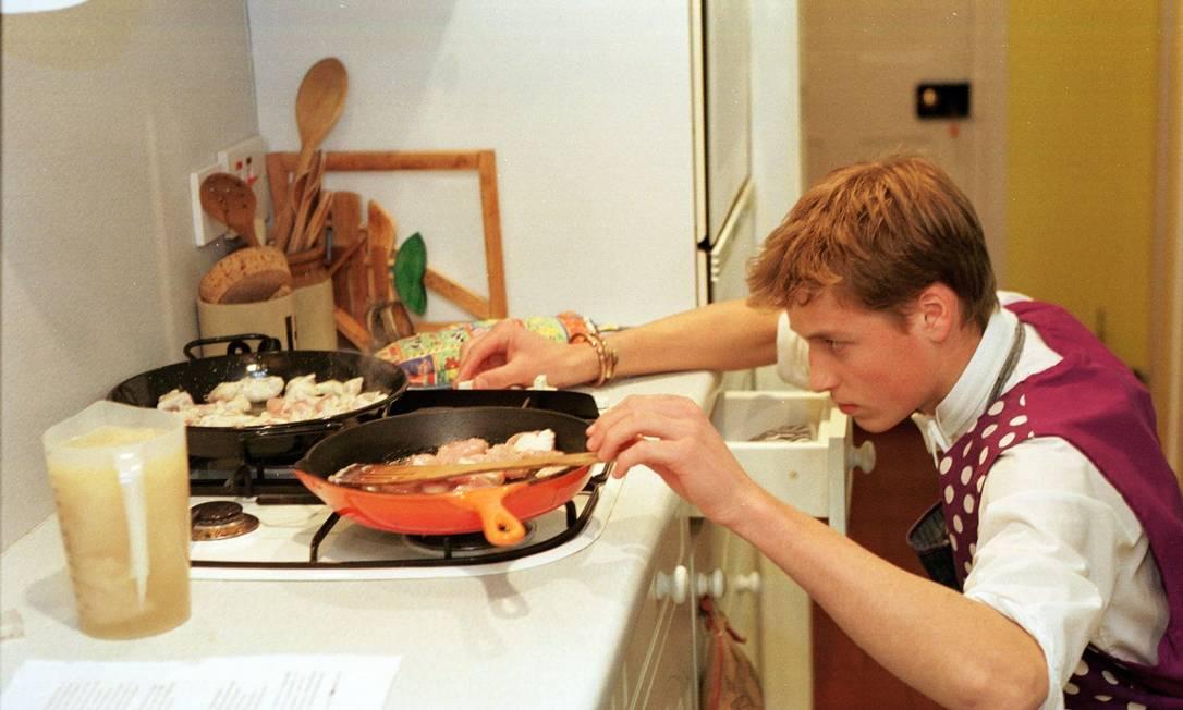 William acende o fogão para preparar a Paella de galinha que aprendeu a fazer na Eton College (17 de junho de 2000) Reuters
