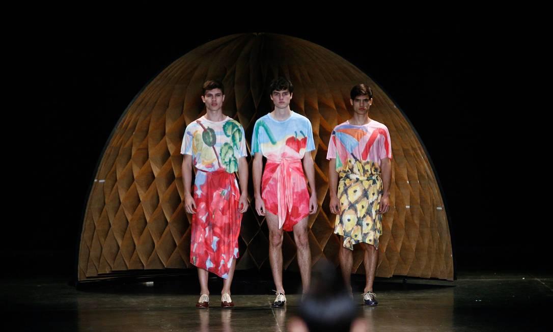 A entrada dos três modelos masculinos da Amapô, juntos, arrancou aplausos do público Marcos Alves / Agência O Globo