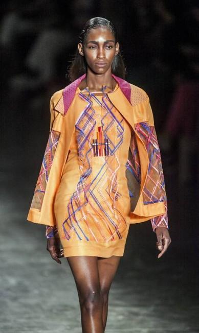 Shorts, saias, vestidos e blusas apresentam texturas e materiais contrastantes, como o brilho e o opaco e a combinação de cores fortes com tons mais claros Leonardo Soares / Agência O Globo