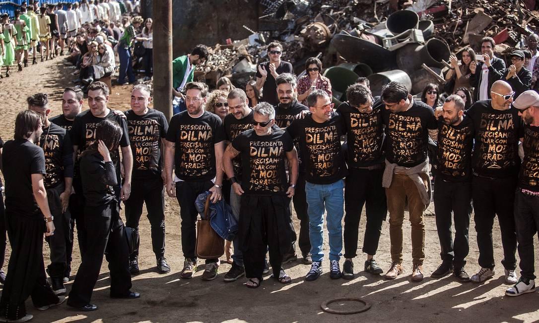 Ao final do desfile, diversos estilistas protestaram em nome da moda Leonardo Soares /O Globo