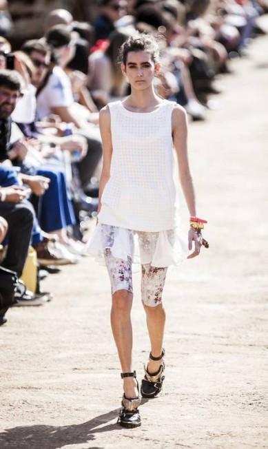 A marca apresentou bermudas femininas cortadas a fio, como se a roqueira, na praia, tivesse navalhado sua própria calça Leonardo Soares /O Globo