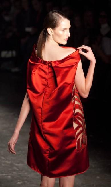 Sexies, as mulheres de Lino envergaram modelitos em cores fortes, com fendas e tecidos nobres Marcos Alves / Agência O Globo