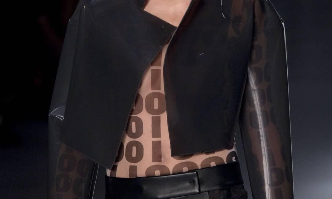O sistema binário também apareceu na passarela em blusas, vestidos e sobreposições com os números zero e um, em sequência Andre Penner / AP